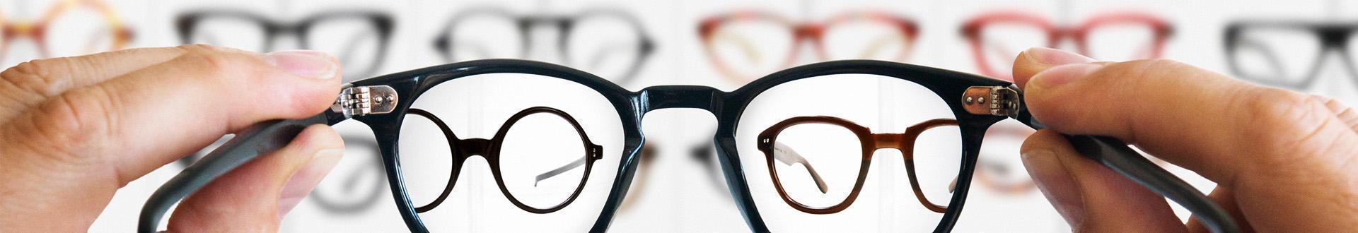 osoba spoglądająca przez okulary