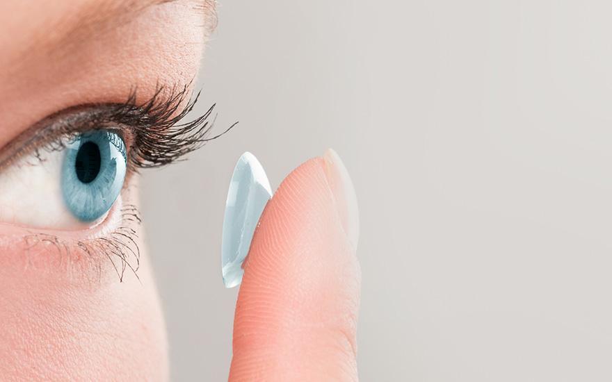 osoba zakładająca soczewkę kontaktową
